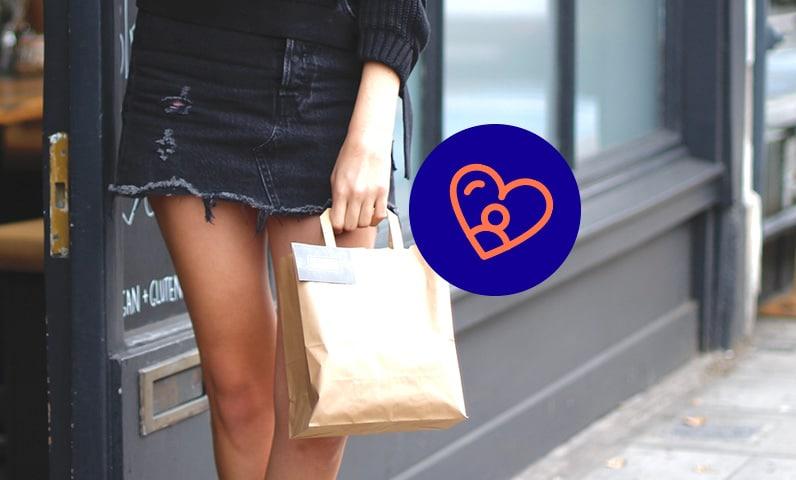 femme dans rue avec sac Kiute Pro
