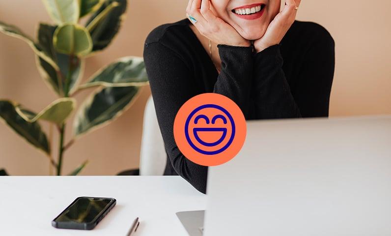 femme souriante sur ordinateur téléphone Kiute Pro